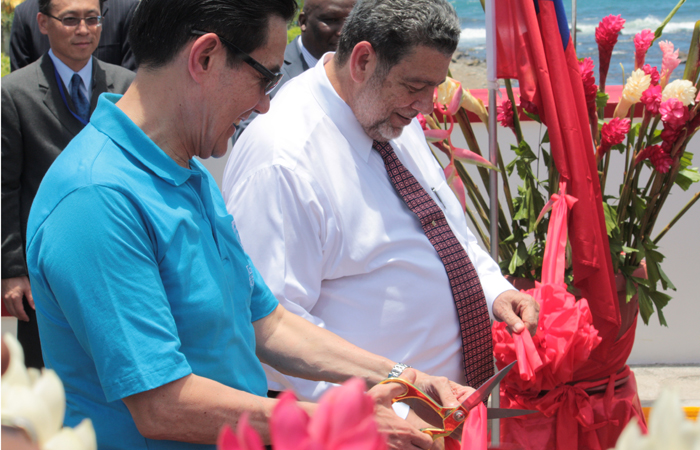 President of Taiwan, Ma Ying-jeou, left, and Prime Minister of St. Vincent and the Grenadines, Ralph Gonsalves cut the ribbon, signaling the official opening of the Taiwan-funded Colonarie Bridge. (IWN photo)