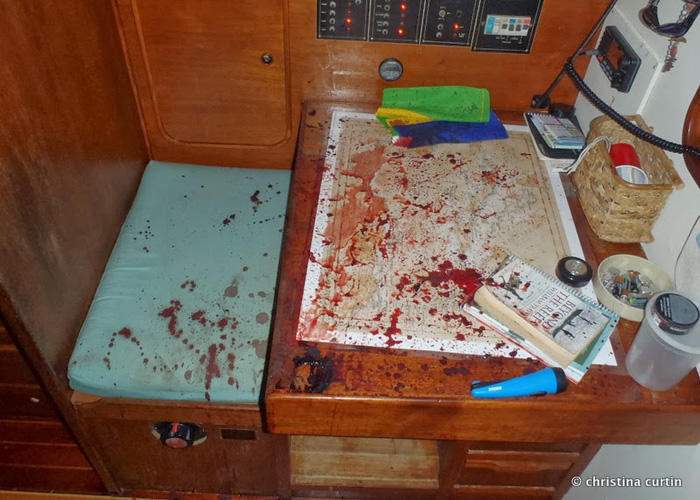 The scene inside the cabin of the yacht after the attack. (internet photo)