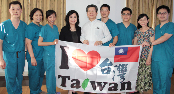 Taiwan Ambassador to SVG, Weber Shih, centre, pose with the members of the medical mission. (IWN Photo)