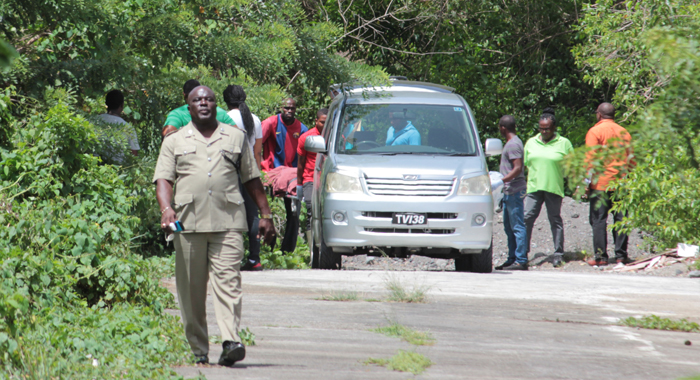 Police supervise the removal of the body by funeral home staff. (IWN photo)